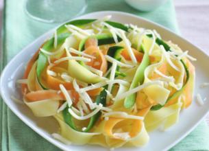 Tagliatelles de pâtes et de légumes